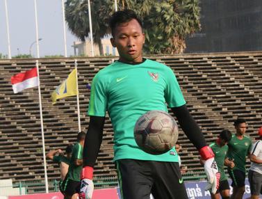 Kiper Timnas Indonesia U-22, Awan Setho, mengontrol bola saat latihan. (Bola.com/Zulfirdaus Harahap)