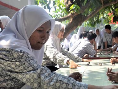 Sejumlah siswi bermain saat peringatan Hari Belajar di Luar Kelas atau Outdoor Classroom Day (OCDay) di SMAN II Serpong, Kota Tangerang Selatan, Kamis (1/11). OCDay dilaksanakan serentak di sekolah-sekolah di dunia dan juga Indonesia. (Liputan6.com/Iwan)
