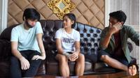 Rendy Juliansyah dan Hanif Sjahbandi mengunjungi rumah pesepak bola putri Indonesia, Zahra Muzdalifah. (Dok. YouTube/Hanif & Rendy Show)