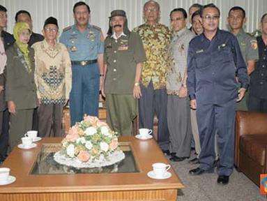 Citizen6, Jakarta: Panglima TNI berfoto bersama pengurus PETA, Mabes TNI, Jumat(18/3).