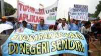 Ribuan sopir taksi dan angkutan umum yang tergabung dalam Persatuan Pengemudi Angkutan Darat longmarch dari Balai Kota menuju Istana Merdeka, Jakarta, Senin (14/3). (Liputan6.com/Immanuel Antonius)