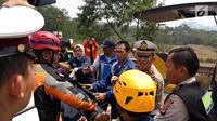 Polisi mengevakuasi korban kecelakaan maut di ruas Tol Cipularang Kilometer 92, Purwakarta, Jawa Barat, Senin (2/9/2019). Seluruh korban sudah dievakuasi ke tiga rumah sakit di Purwakarta. (Liputan6.com/HO/Humas Polda)