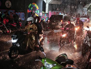 Pengendara Berteduh Saat Hujan Bikin Macet Kolong Flyover Tol Jagorawi