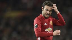 Juan Mata pernah dikaitkan kepindahannya menuju Barcelona pada transfer musim panas 2011. Sayangnya, ia memilih bergabung dengan Chelsea. Blaugrana juga mencoba mendapatkannya ketika bermain di Stamford Bridge, namun gagal karena memilih ke Manchester United. (AFP/Oli Scarff)