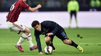 Mateo Kovacic (kanan) saat tampil di derby Milan (GIUSEPPE CACACE / AFP)