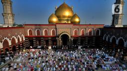 Ribuan umat Islam melaksanakan sholat Idul Fitri di Masjid Kubah Emas, Depok, Jawa Barat, Kamis (13/5/2021). Hari ini seluruh umat Islam dunia merayakan Hari Raya Idulfitri 1442 Hijriah setelah menjalankan ibadah puasa satu bulan penuh di bulan suci Ramadhan. (merdeka.com/Arie Basuki)