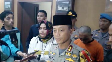 Kapolres Garut AKBP Budi Satria Wiguna didampingi Ketua P2TP2A Diah Kurnisari saat memberikan penjelasan kepada wartawan