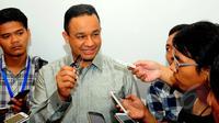 Mendikbud, Anies Bawesdan saat menjawab pertanyaan wartawan di Gedung Kemendikbud, Senayan, Jumat (13/3/2015). Mendikbud Anies Baswedan menuturkan, setiap laporan yang masuk segera ditindaklanjuti. (Liputan6.com/Yoppy Renato)