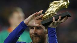 Lionel Messi menunjukan sepatu tersebut sebelum laga melawan Deportivo La Coruna pada lanjutan La Liga Santander di Camp Nou stadium, Barcelona, (17/12/2017). (AP/Manu Fernandez)