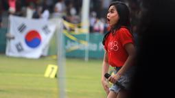 Personil JKT 48 saat menghibur peserta dan penonton sekaligus menutup sesi pertandingan di cabang olahraga Panahan Asian Games 2018 di Lapangan Panahan Gelora Bung Karno, Jakarta (28/08). (ANTARA FOTO/INASGOC/Mudak Yasin/bmz/18)