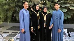 Wanita yang akrab disapa Ayuma ini saat sedang mengenakan pakaian serba tertutup ketika merayakan Hari Raya Idul Fitri tahun lalu. Berpakaian serba hitam, membuat paras cantiknya semakin terpancar. (Liputan6.com/IG/@ayumaulida97)