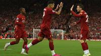 Para pemain Liverpool merayakan gol yang dicetak Roberto Firmino ke gawang Norwich pada laga Premier League di Stadion Anfield, Liverpool, Jumat (9/8). Liverpool menang 4-1 atas Norwich. (AFP/Oli Scarff)