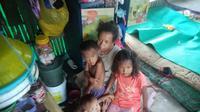 Kondisi keluarga Abas Basari (48) warga Desa Gempol,Kecamatan Banyusari, Karawang, yang tinggal di gubuk 2x4 meter. (Foto: Liputan6.com/Abramena)