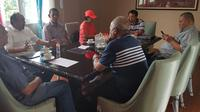 Rapat Exco Asprov PSSI Jatim jelang Kongres PSSI. (Bola.com/Zaidan Nazarul)