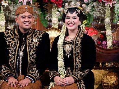 Pengantin Kahiyang Ayu dan Bobby Nasution tersenyum saat berada di pelampinan usai melangsungkan akad nikah di Graha Saba Buana, Solo, Rabu (8/11). (Liputan6.com/Pool/Jimboengphoto)