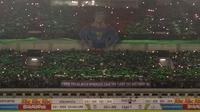 "Koreo ""Superman"" yang disajikan Viking Persib Club pada laga Persib vs Borneo FC di Stadion GBLA, Bandung, Sabtu (21/4/2018). (Bola.com/Muhammad Ginanjar)"