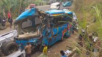 bus B 7056 SGA yang terjun ke jurang di Cikidang, Kabupaten Sukabumi, Jawa Barat. (Liputan6.com/Mulvi Mohammad)