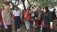 Pemkot Surabaya gelar kerja bakti massal pada Jumat, 9 Agustus 2019 jelang HUT ke-74 RI (Foto: Liputan6.com/Dian Kurniawan)