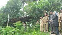 Jembatan berusia 27 tahun yang menghubungkan Desa Sindai dengan Desa Pasir Eurih, Lebak itu tiba-tiba saja putus. (Yandhi Deslatama/Liputan6.com)
