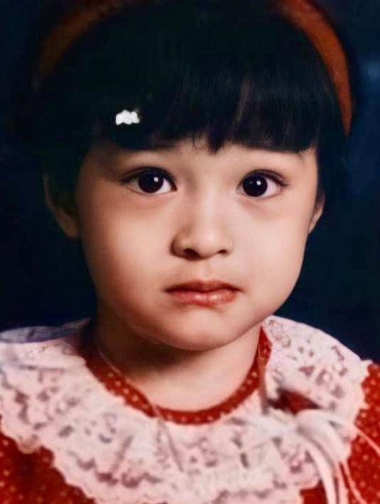 Seperti inilah potret Nikita Willy ketika masih kecil. Nikita tampil imut dengan mengenakan baju berwarna merah. Ia menyempurnakan penampilannya dengan mengenakan bando warna merah. (Foto: instagram.com/yorafebrin)