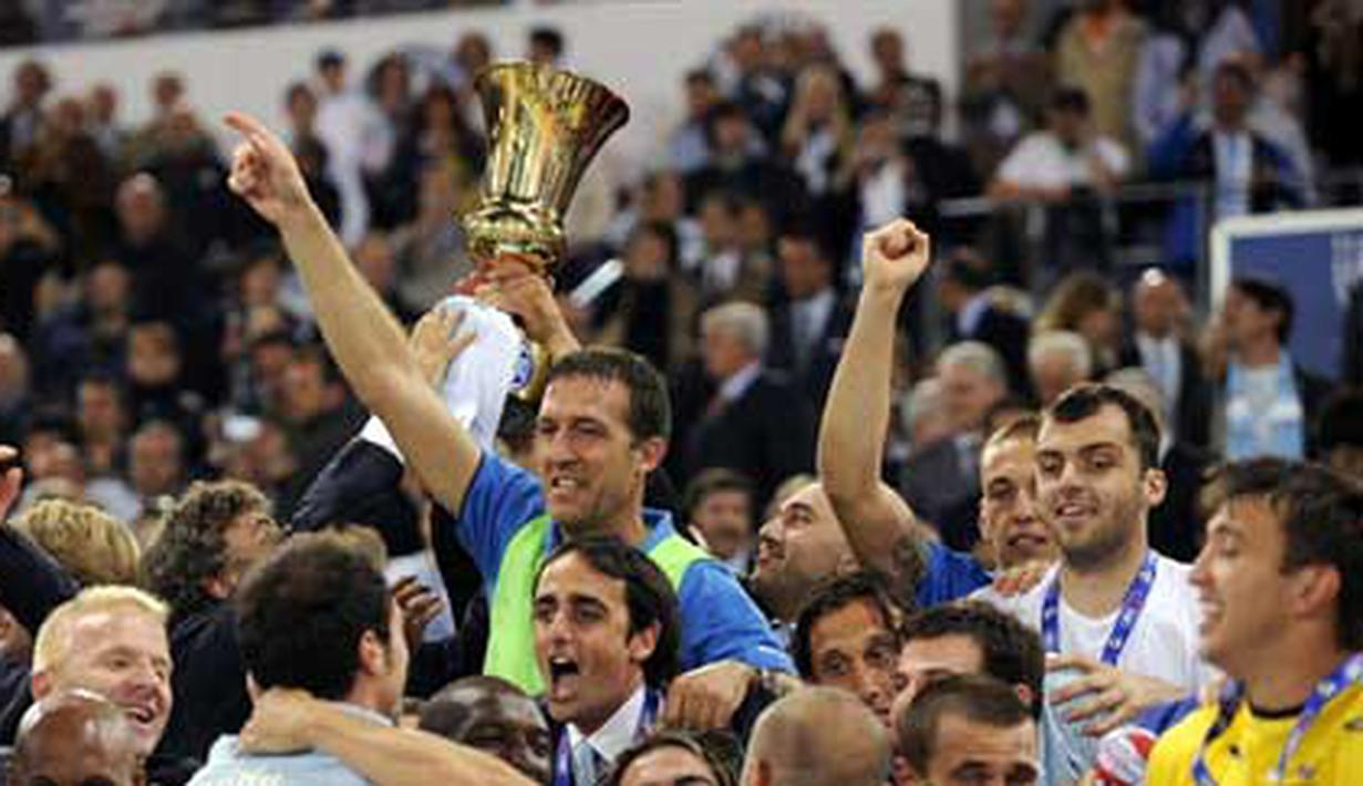Lazio's players and team celebrate after winning Coppa Italia on May 13, 2009 at Rome's Olympic Stadium. Lazio beat Sampdoria 6-5 on penalties following a 1-1 draw. AFP PHOTO/FILIPPO MONTEFORTE