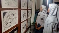 Para pelajar mengunjungi pameran kartun antikorupsi di Balai Kota Malang, Jawa Timur (Liputan6.com/Zainul Arifin)