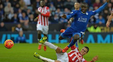 Chelsea resmi mendatangkan gelandang bertahan Leicester, N'Golo Kante ke Stamford Bridge, Inggris, Sabtu (16/7/2016). The Blues menebus pria Prancis yang gaya bermainnya mirip Claude Makelele itu seharga 32 juta poundsterling. (AFP/Paul Ellis)