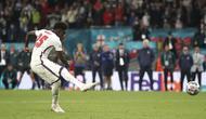 Pemain Inggris Bukayo Saka menendang penalti ke gawang Italia pada pertandingan final Euro 2020 di Stadion Wembley, London, Inggris, Minggu (11/7/2021). Italia menang 3-2 lewat adu penalti usai bermain imbang 1-1 di waktu normal. (Nick Potts/PA via AP)