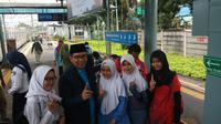 Ridwan Kamil ke Stasiun Depok menggunakan commuter line (Liputan6.com/ Ady Anugrahadi)