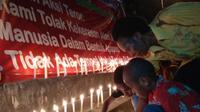 Aksi 100 lilin solidaritas korban bom Surabaya (Liputan6.com / Katharina Janur)