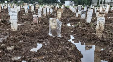 Suasana kompleks makam protokol Covid-19 di TPU Bambu Apus, Jakarta, Selasa (2/3/2021). TPU Bambu Apus kini tidak lagi menampung pemakaman jenazah protokol Covid-19 akibat lahan di dua blok sudah penuh dan dialihkan ke TPU Srengseng Sawah. (merdeka.com/Iqbal S Nugroho)