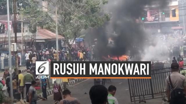 Warga membakar dan memblokade jalanan Manokwari karena marah akibat perlakukan mahasiswa yang dialami di Malang dan Surabaya.