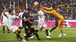 Kiper Sevilla, Tomas Vaclik, menghalau bola saat pertandingan melawan Barcelona pada laga Piala Super Spanyol di Stadion Ibn Batouta, Tangiers, Minggu (12/8/2018). Barcelona menang 2-1 atas Sevilla. (AP/Mosa'ab Elshamy)