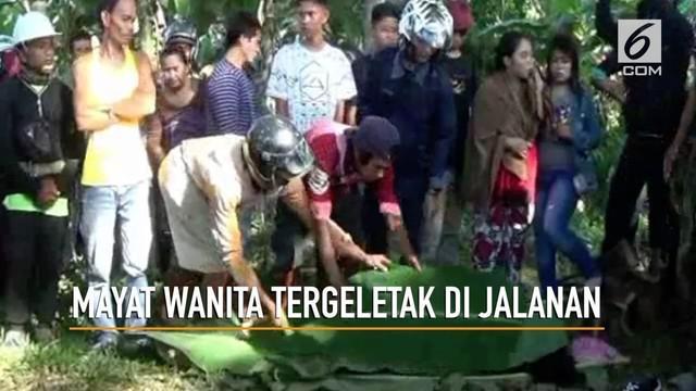 Jenazah perempuan tergeletak di pinggir jalan tertutup daun pisang di Polewali Mandar, Sulawesi Barat.
