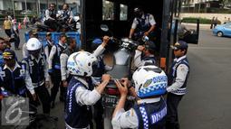 Petugas Dishub, mengangkut sepeda motor saat razia gabungan di kawasan Tanah Abang, Jakarta, Jumat (12/6/2015). Razia gabungan Dishub, Garnisun dan Satlantas bertujuan untuk mengantisipasi arus lalu lintas yang kerap macet. (Liputan6.com/Johan Tallo)