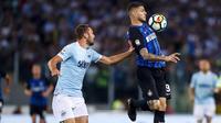 Striker Inter Milan, Mauro Icardi, berusaha melewati bek Lazio, Stefan de Vrij, pada laga Serie A Italia di Stadion Olimpico, Roma, Minggu (20/5/2018). Lazio kalah 2-3 dari Inter. (AP/Angelo Carconi)