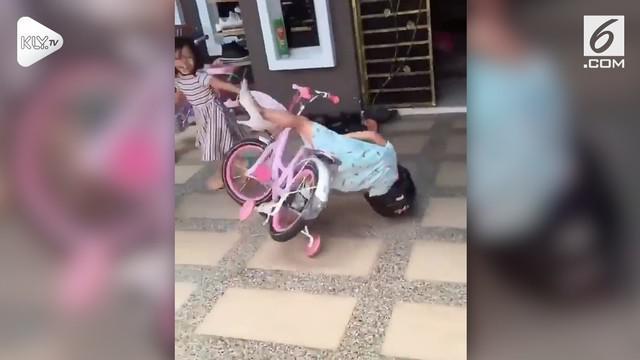 Insiden lucu terjadi saat seorang bocah mengendarai sepeda. Karena mengantuk, bocah itu oleng dan terjatuh dari sepeda.