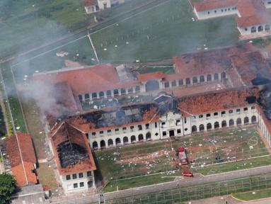 Para napi membakar salah satu ruang tahanan Pusat Progresi Lembaga Pemasyarakatan di kota Bauru, barat laut Sao Paulo, Brasil, Selasa (24/1). 62 narapidana kabur setelah kerusuhan yang memicu kebakaran. (ACEITUNO JUNIOR/JORNAL DA CIDADE/AFP)