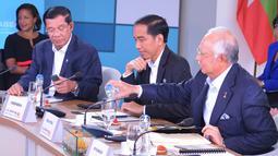 Presiden Joko Widodo saat menghadiri ASEAN-US Summit Reatreat I di Interactive Gallery, Sunnylands Center & Gardens, AS (15/2). ASEAN-US  bertema 'Promoting an Innovative, Entrepreneurial ASEAN Economic Community'. (Setpres/Ari Dwipayana)