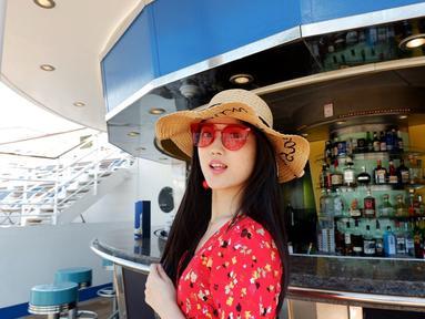 Memakai baju merah bermotif bunga serta memakai kaca mata yang senada, Angeline tampak sangat cantik. Tak ketinggalan topi yang ia kenakan tidak menutup keanggunan Angeline. (Liputan6.com/IG/@angiestee)