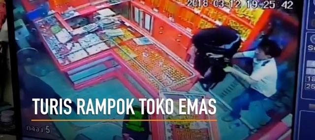 Rekaman aksi perampokan toko emas yang dilakukan oleh seorang turis dan pasangannya beredar di medsos.