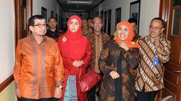 Mantan Menteri Sosial Salim Segaf Al Jufri mengantarkan Khofifah Indar Parawansa berkeliling melihat ruang yang ada di Gedung Kementerian Sosial, Jakarta, Selasa (28/10/2014). (Liputan6.com/Miftahul Hayat)