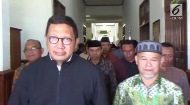 Menteri Agama, Lukman Hakim meninggalkan RS Abdul Rivai, Berau usai menjalani perawatan setelah terkena sengatan ikan pari di kepulauan derawan.