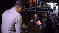 Polres Pemalang membagikan bantuan beras dan paket sembako untuk pedagang dan tukang becak di Alun-alun Pemalang. (Foto: Liputan6.com/Humas Polres Pemalang)