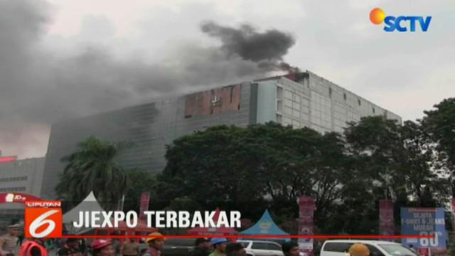 Gedung JI Expo Kemayoran, Jakarta Pusat, terbakar Selasa petang, 5 Juni 2018. Belum diketahui penyebab kebakaran, namun api diduga berasal dari percikan api las pekerja yang berada di lantai 7 gedung tersebut.