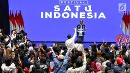 Calon Presiden petahana Joko Widodo saat memberikan pidato politiknya pada acara Festival Satu Indonesia di Istora Senayan, Jakarta, Minggu (10/3). Acara yang dihadiri kaum millenial mengajak pemilih untuk tidak golput. (Liputan6.com/Johan Tallo)