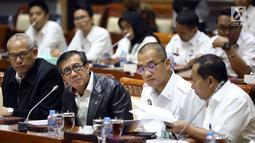 Menkumham Yasonna Laoly (dua kiri) menyampaikan pandangan pemerintah terkait amnesti untuk Baiq Nuril kepada Komisi III DPR di Gedung Nusantara II, Jakarta, (24/7/2019). DPR setuju Presiden Joko Widodo atau Jokowi memberikan amnesti kepada Baiq Nuril. (Liputan6.com/JohanTallo)
