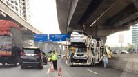 Kecelakaan truk bermuatan mobil di Tol Jakarta-Cikampek, lalu lintas tersendat. (Twitter @raymondturnip)