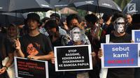 Peserta Aksi Kamisan ke-598 saat berunjuk rasa di depan Istana Merdeka, Jakarta, Kamis (22/8/2019). Aksi Kamisan ke-598 mengangkat permasalahan dan meminta pemerintah menghentikan kasus Rasisme, Kekerasan dan Diskriminasi yang terjadi di Papua. (Liputan6.com/Helmi Fithriansyah)