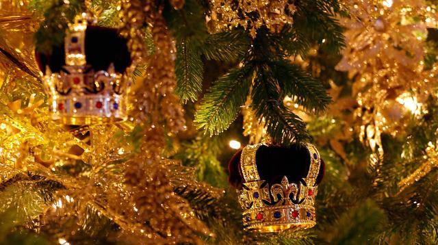 Replika mahkota dipasang pada pohon cemara besar dari Windsor Great Park di ujung aula St. George di Windsor Castle, 30 November 2018. Pohon setinggi 6 meter itu dihias dengan pernak-pernik Natal berwarna emas serta ornamen kerajaan.  (AP/Frank Augstein)
